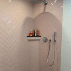 Badkamer roze visgraat tegels